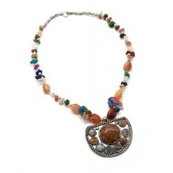 Ожерелье с каменьями и кулоном