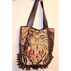 Индийская сумка из кожзама с котоновыми вставками по бокам, вышивкой и красивыми бубенчиками