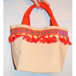 Индийская дамская сумочка, небольшого размера, для носки в руках. Бежевого цвета с красно-оранжевой отделкой.