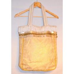 Индийская котоновая сумка из очень прочной ткани. Можно носить через плечо и в руках. Застегивается на кнопку.